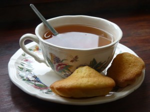Tasse de thé avec madeleines
