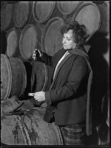 Dégustation de vin avec Colette, Nuits-Saint-Georges, Bourgogne (André Kertész, 1930)